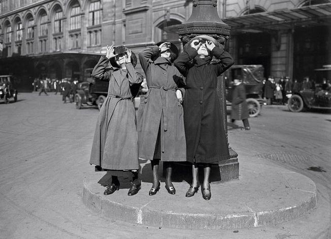 800px-Agence_Rol,_L_éclipse,_gare_Saint-Lazare,_1921